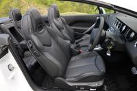 """ヘッドレスト一体型のレザースポーツシートを採用。前席にはシートヒーターに加え、首周りを温める""""ネックウォーマー""""が装備される。3段階の風量調節が可能だ。シートカラーは、ブラック、ヴィンテージ、グレージュ/ラマの3タイプ。"""