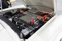 タジマモーターコーポレーションが新たに開発したオンボードユニット「UFXモーター」はエンジンルームにすっぽりと収まるコンパクトなつくり。「メルセデス・ベンツ280SL」だけでなく、ほかのヴィンテージカーにも搭載できる可能性があるという。